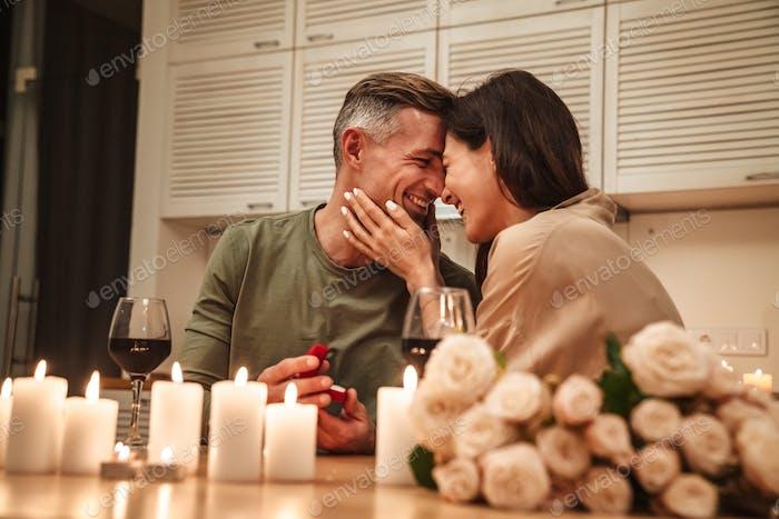 Bild des Mannes, der Vorschlag seiner Freundin während des romantischen Abendessens macht
