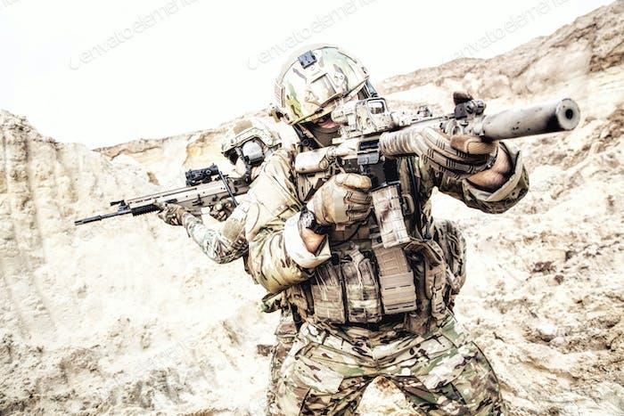 Kommandos suchen und angreifen Feind in der Wüste