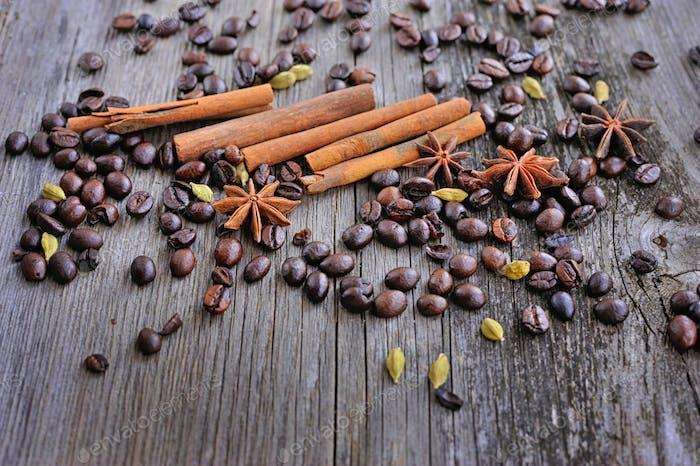 Nahaufnahme von Zimt, Anis und Kaffeebohnen auf einem rustikalen Holz