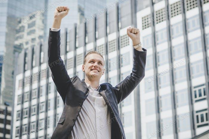 Feliz hombre de negocios victoria de éxito.
