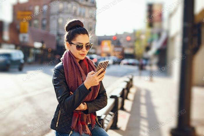 junge schöne Mädchen verwenden das Telefon