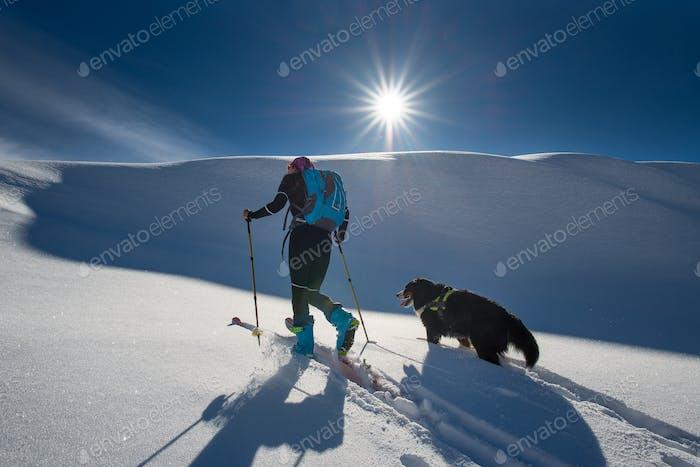Mädchen macht Ski Bergsteigen