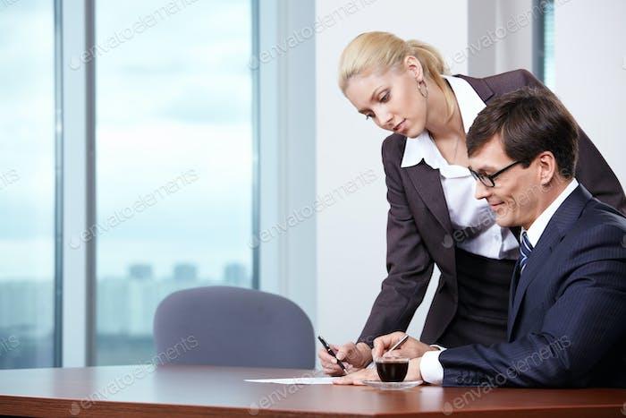 Boss unterschreibt die Dokumente