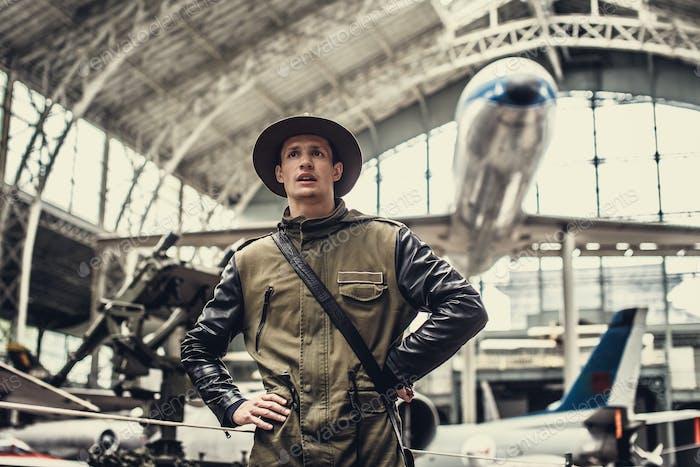 Забавный человек в музее самолетов.