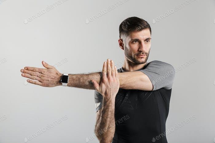 Bild eines jungen starken Mannes, der während des Trainings Sport macht