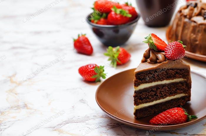 Schokoladenkuchen mit Erdbeeren verziert