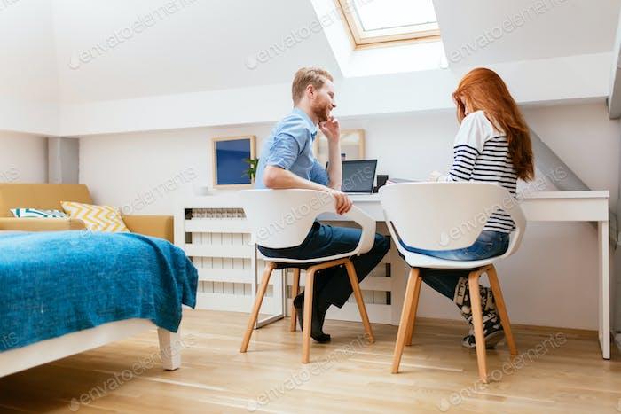 Schönes Paar arbeiten von zu Hause aus