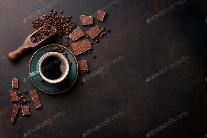 Kaffeetasse und Schokolade auf alten Küchentisch