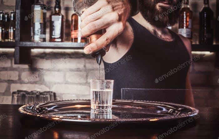 Бармен, работающий за барной стойкой