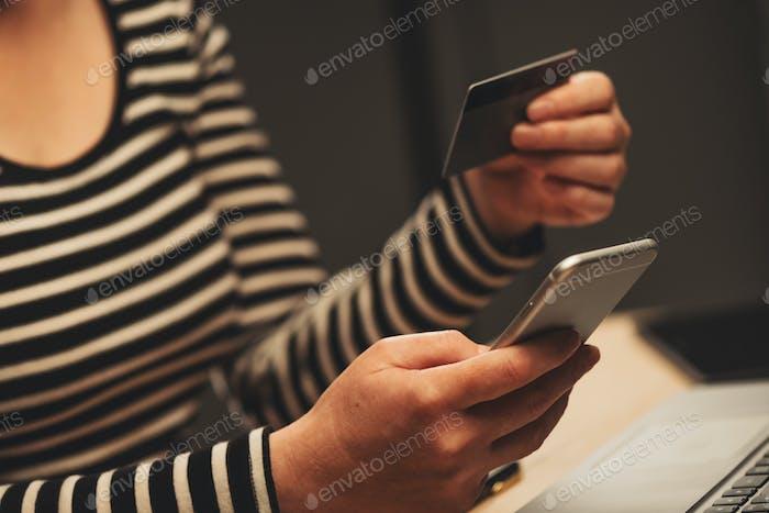 Concepto de m-commerce y m-banking con smartphone