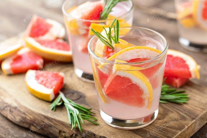 Erfrischendes Getränk, Grapefruit und Rosmarin Cocktail