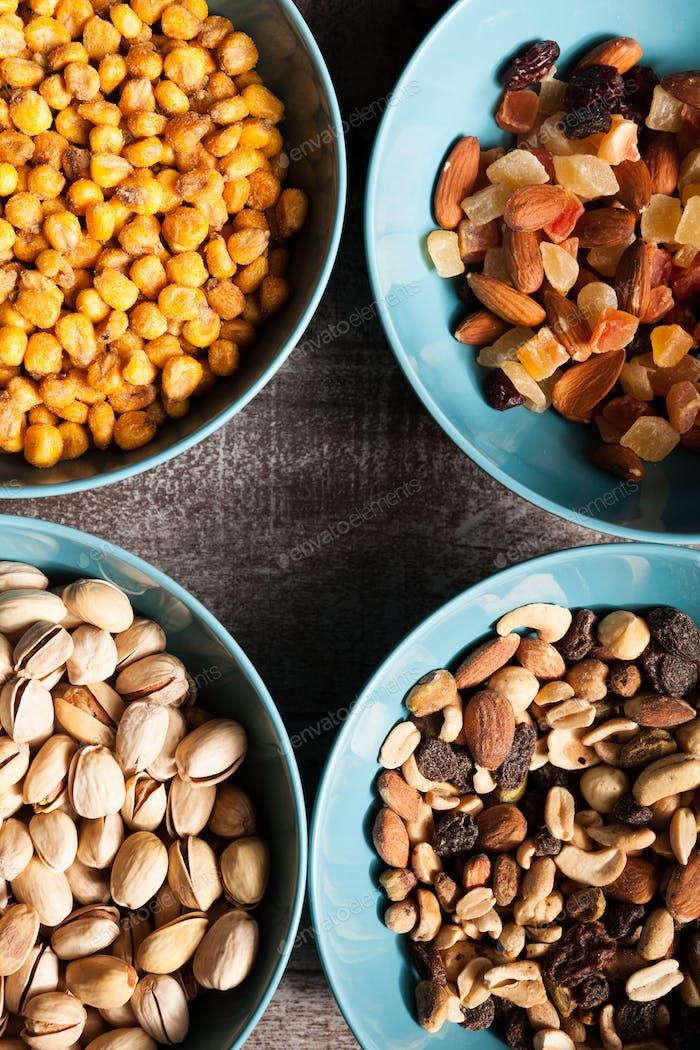 Mischung aus verschiedenen Arten von Nüssen in blauen Schalen