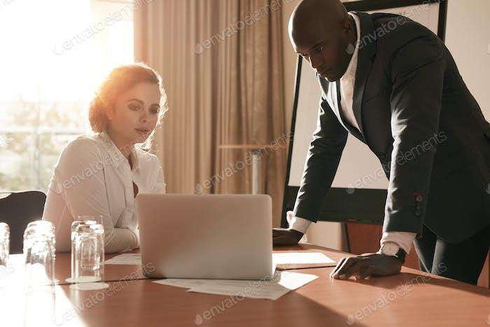 Geschäftsleute überprüfen Geschäftspläne.