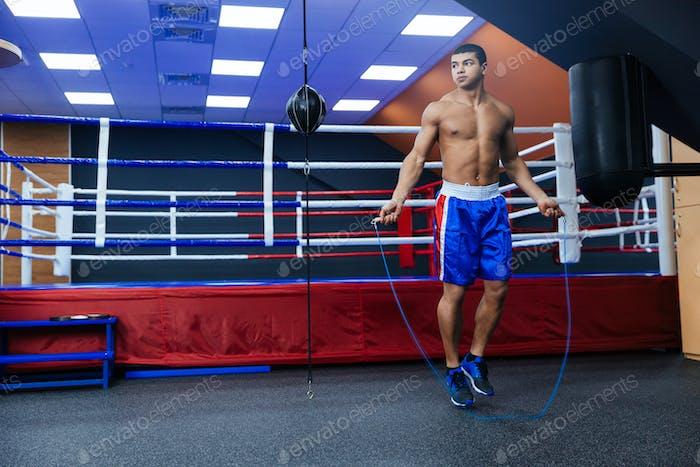 Boxer Springen mit Springseil