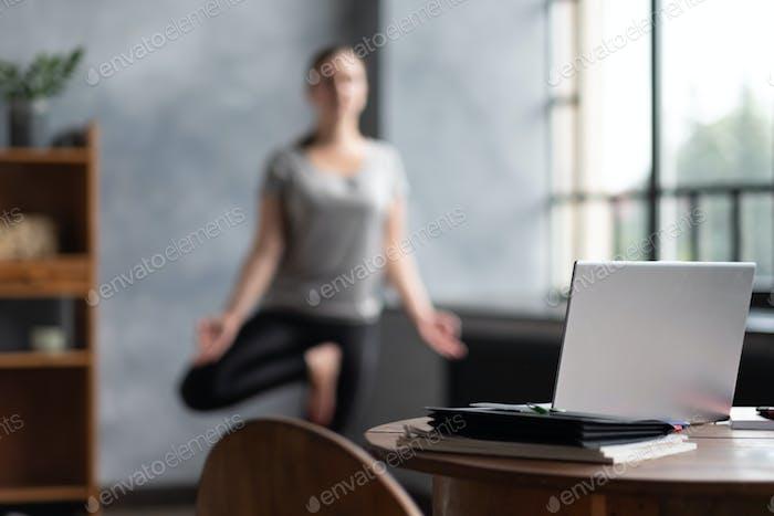 kaukasische Frau arbeiten Yoga Übung tun Balance Übung.