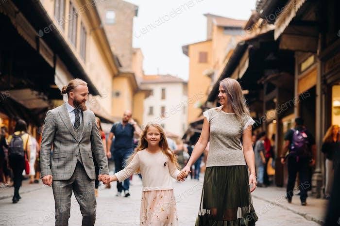 Счастливая семья из трех прогулок во Флоренции. Семейная прогулка семьи в Италии.Тоскана