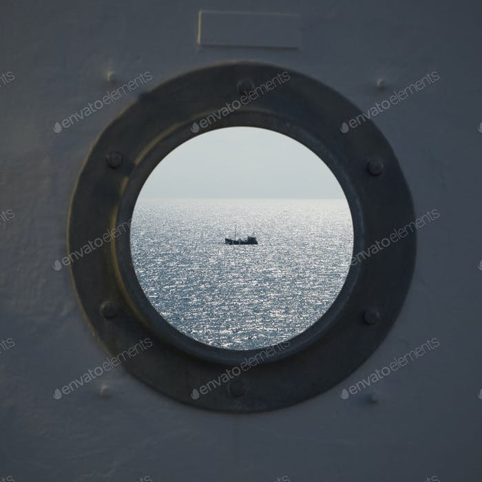 Einsames Fischerschiff Trawlerboot auf Ozeanwasser