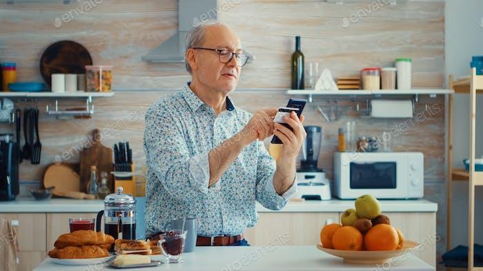 Hombre senior haciendo transacción en línea