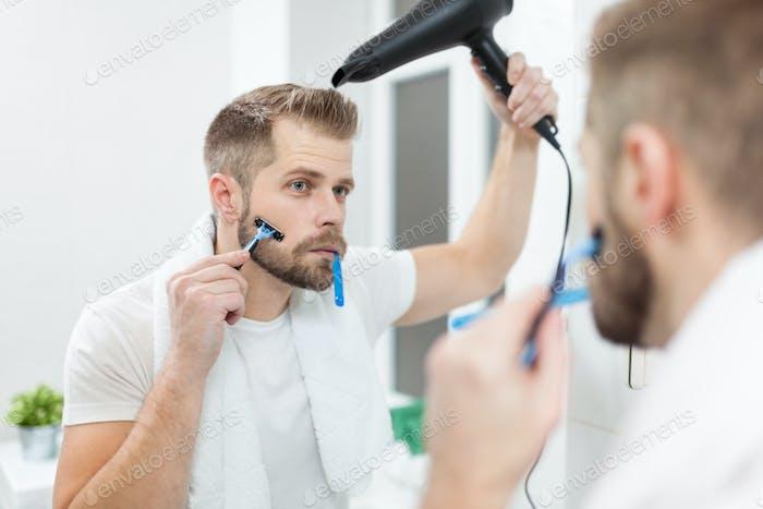 Morgenhygiene, Mann im Bad und seine Morgenroutine