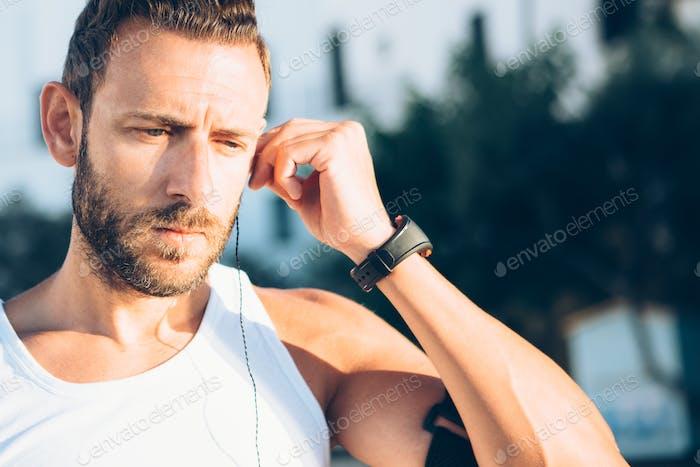 Mann Plugging Kopfhörer