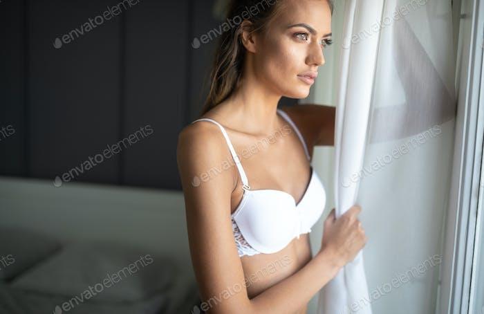 Schöne sinnliche junge Frau in sexy Dessous