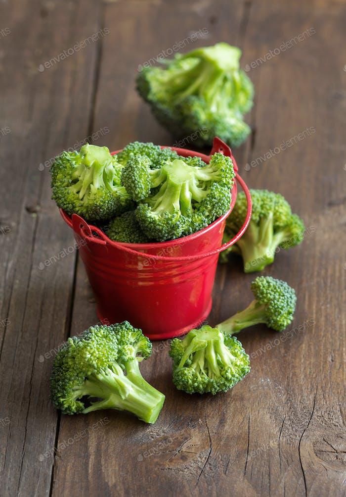 Grüner Brokkoli in rotem Eimer
