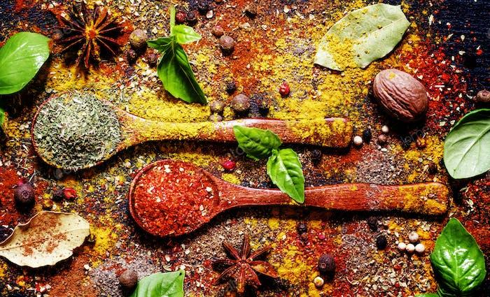 Food-Hintergrund, Gewürze, getrocknete Kräuter, Anis, Muskatnuss und frisches grünes Basilikum, Draufsicht