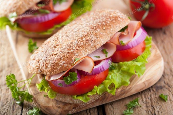 Sandwich mit Schinken Tomate und Salat