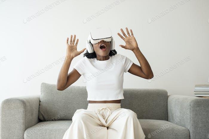 Afroamerikanische Frau erlebt VR-Simulation