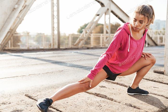 Deportes mujer fitness hacer ejercicios de estiramiento al aire libre.
