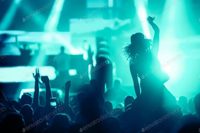 Jubelnde Menge mit Händen in Luft beim Musikfestival