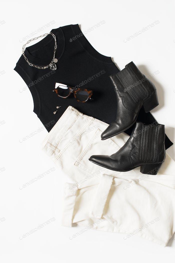 Fashion Set flaches Spiel mit schwarzem Oberteil und Westernstiefeln und weißen Jeans