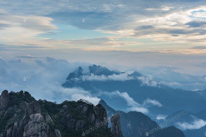 schöne sankende Berglandschaft