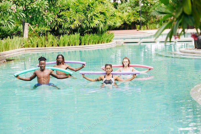 Menschen machen Wassergymnastik