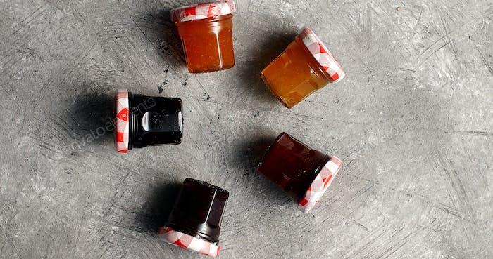 Kleine Gläser mit verschiedenen Marmelade