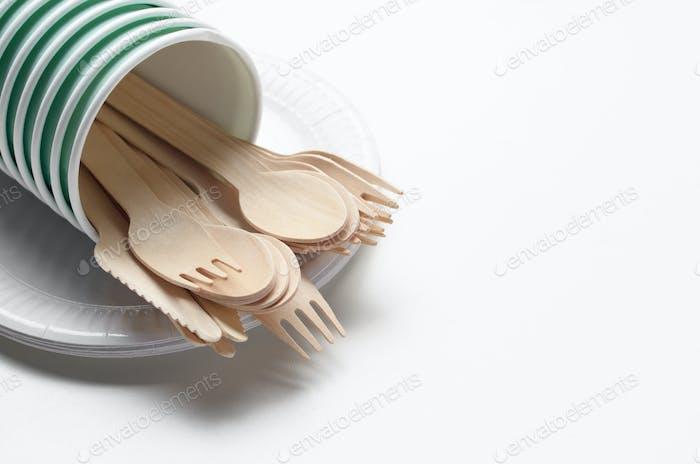 Einweggeschirr aus Holz und Pappbecher und Teller auf weiß