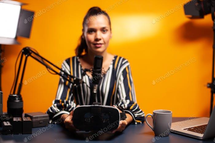 Frau hält Headset
