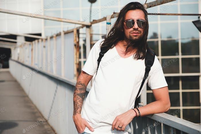 Attraktive bärtige Mann Porträt mit Sonnenbrille
