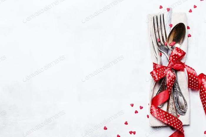 Festliche Tischdekoration zum Valentinstag