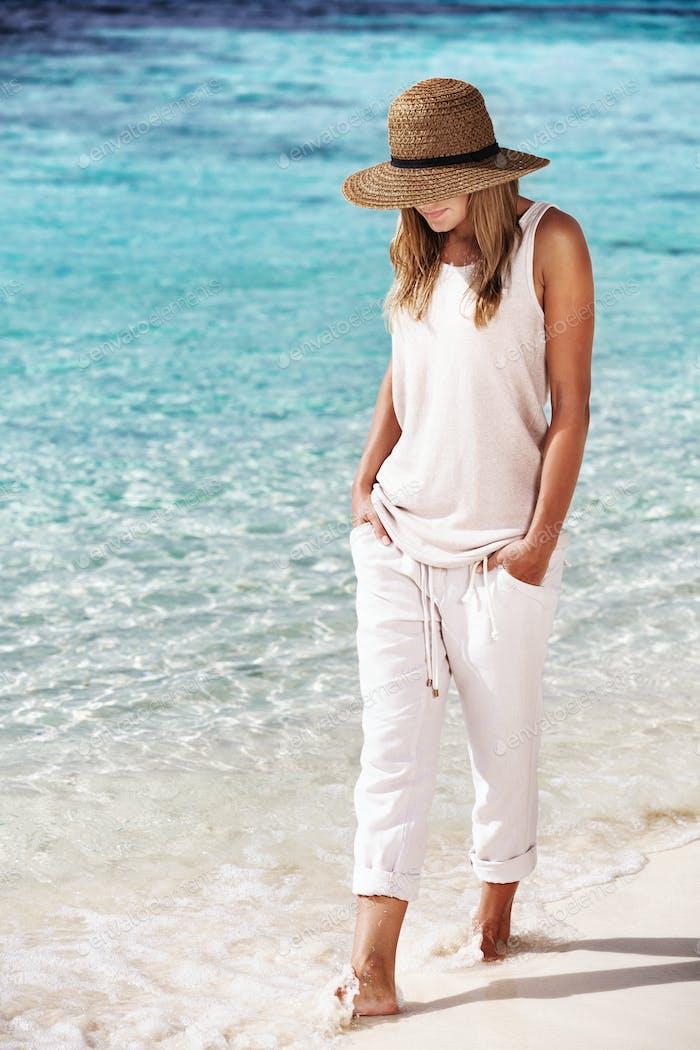 приятно девушка ходьба на в пляж