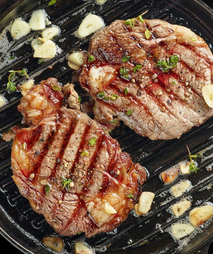 gegrillte Steaks auf Grillpfanne