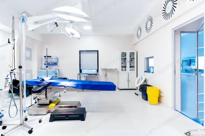 Operationssaal, Details der Lampen und Tisch im leeren Operationssaal. Gesundheitskonzept