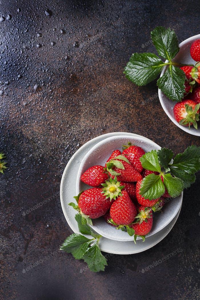 Frische Erdbeere mit grünen Blättern