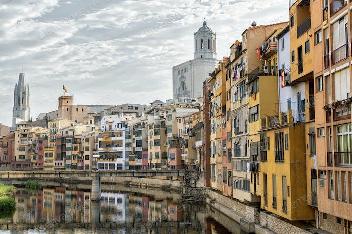 Girona (Catalunya, Spanien) Häuser entlang des Flusses