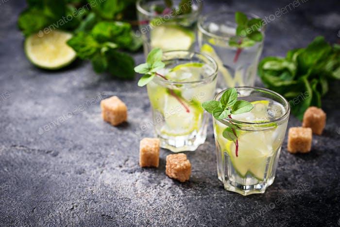 Sommergetränk mit Limette und Minze