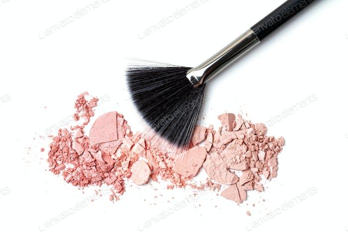 Professioneller Schminkpinsel auf zerdrücktem Rouge Maskenbildner, Schönheitssalon, Beautyblog