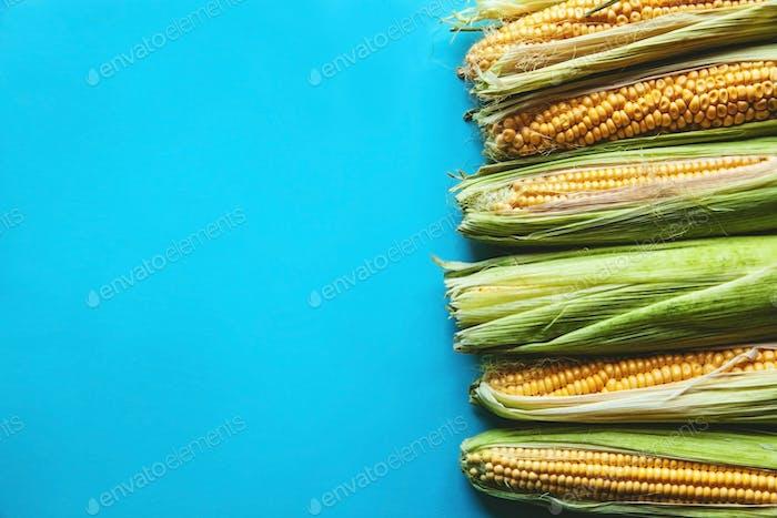 maíz sobre un Fondo azul, Comida saludables, frutas
