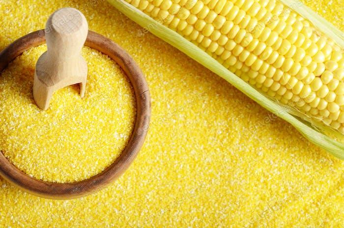 Draufsicht von Reife frische Bio-Maiskolben und Holzschale mit
