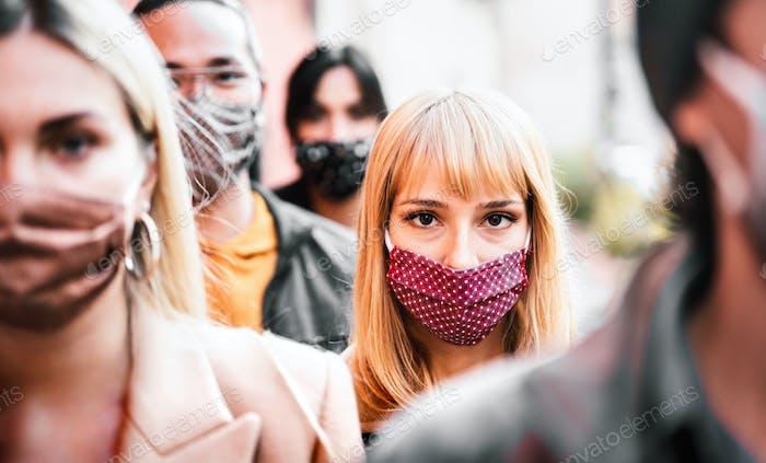 Urbane Menge von Bürgern, die auf der Stadtstraße mit Gesichtsmaske spazieren gehen