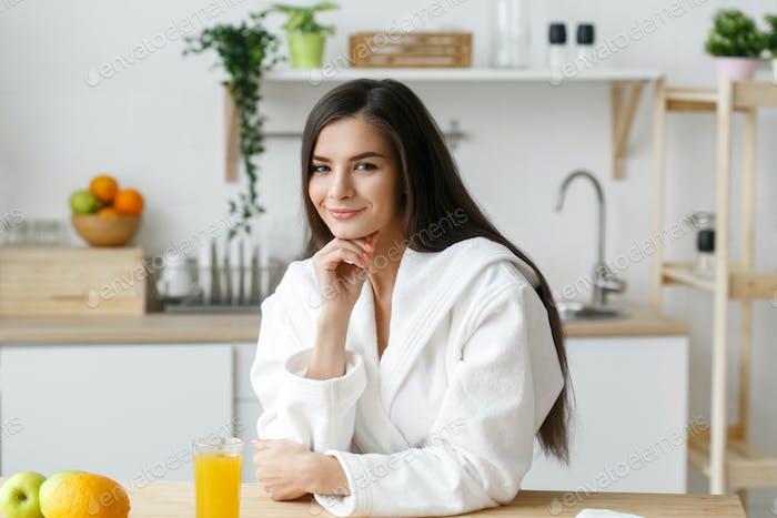 Frau auf Küche zu Hause mit grünem Gemüse Kochen. Helthy Home Food Diät